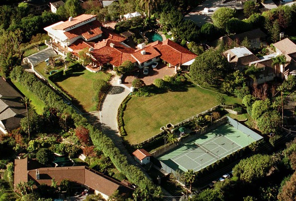 John travolta brentwood celebrity homes lonny for Celebrities that live in hollywood hills