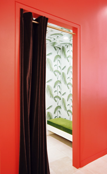 Red retail store design photos 27 of 28 lonny for Green room retail design