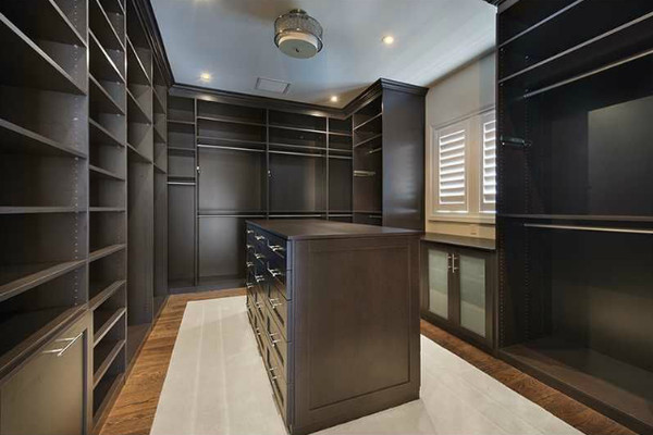 Fashionista 39 s dream lebron james sells miami mansion lonny for Walk in closet square footage