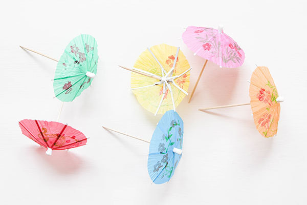 How to Make a Paper Umbrella Using Posters and Office Supplies ... | 400x600