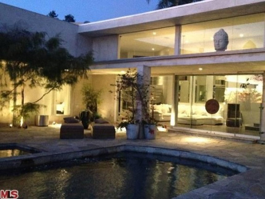 Charlize theron la ca celebrity homes lonny for Celebrities houses in la