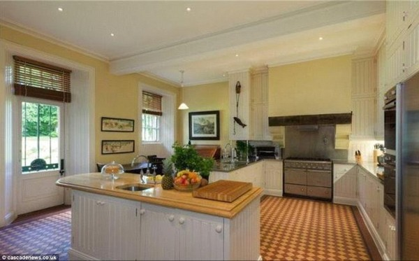 Taylor Swift\'s Kitchen - Taylor Swift Is Looking to Buy This ...