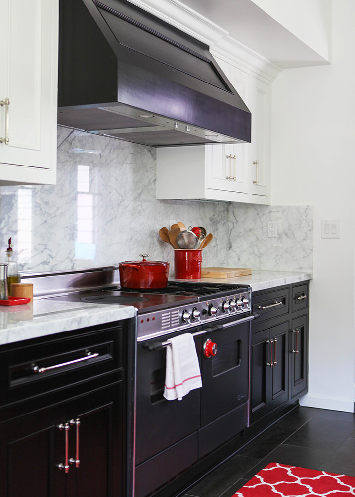 Kitchen lesson farmhouse french decorating lonny for Black lower kitchen cabinets