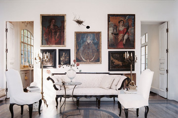 An Antique Dealer Creates a European-like, Three-Room Dwelling in Texas